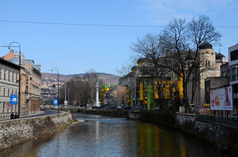 历史建筑犹太教堂和清真寺Miljaka河岸的萨拉热窝波斯尼亚 库存图片