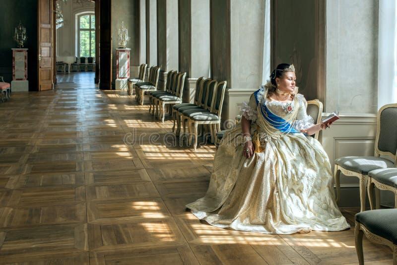 历史cosplay 叶卡捷琳娜二世类似的妇女,俄罗斯的女皇 免版税库存照片