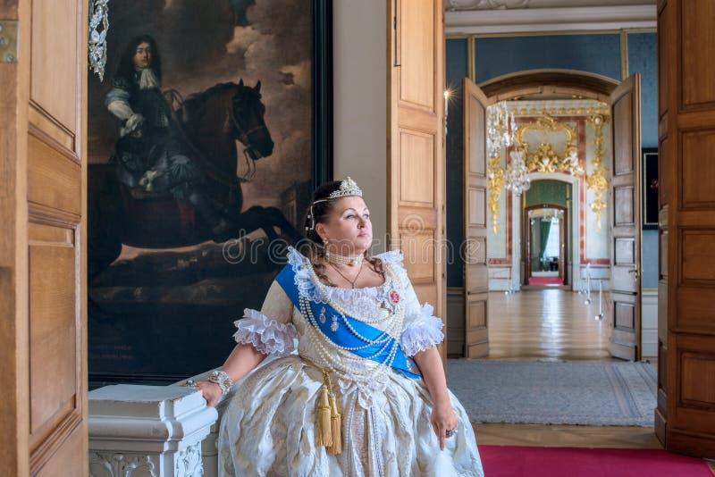 历史cosplay 叶卡捷琳娜二世类似的妇女,俄罗斯的女皇 免版税库存图片