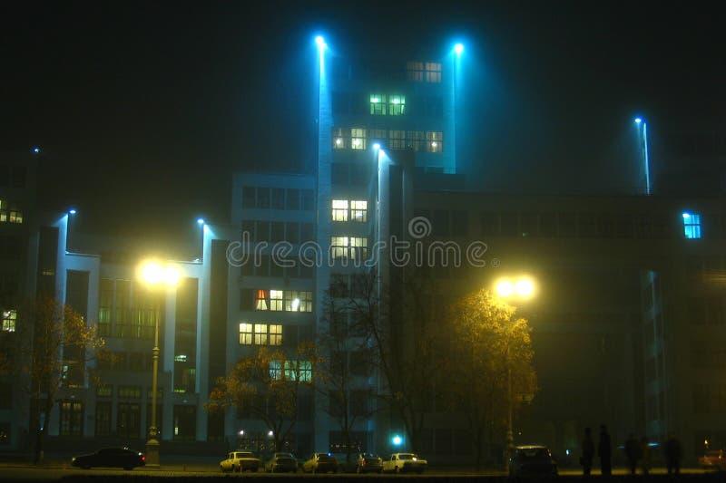 历史Derzhprom大厦在一个有雾的秋天晚上在哈尔科夫,乌克兰 免版税图库摄影