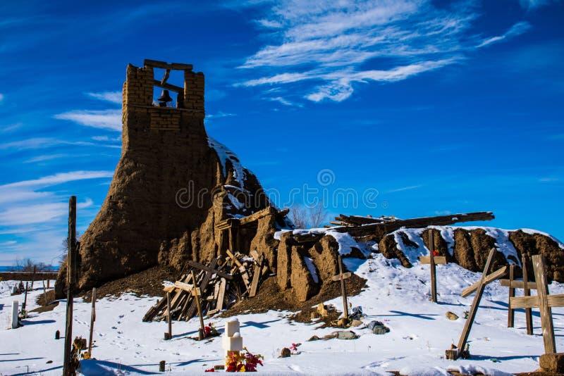 历史Taos美国本地人印地安公墓宗教的钟楼 库存图片