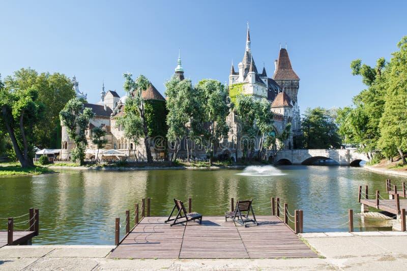 历史Vajdahunyad城堡的看法与湖的在城市公园 图库摄影