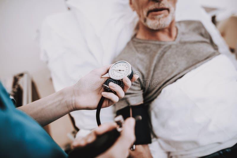 压力在医院 人在有护士的Clinick 免版税库存图片