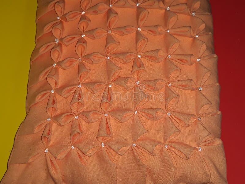 压印的橙色坐垫 免版税库存照片