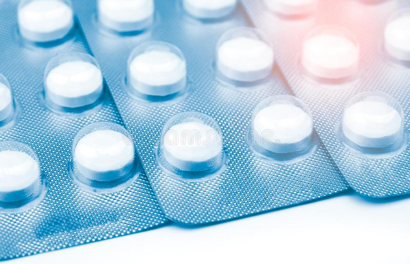 压片在天线罩包装的药片在白色背景 治疗寄生生物的耐咀嚼的片剂药片在人 驱虫剂有效 免版税图库摄影