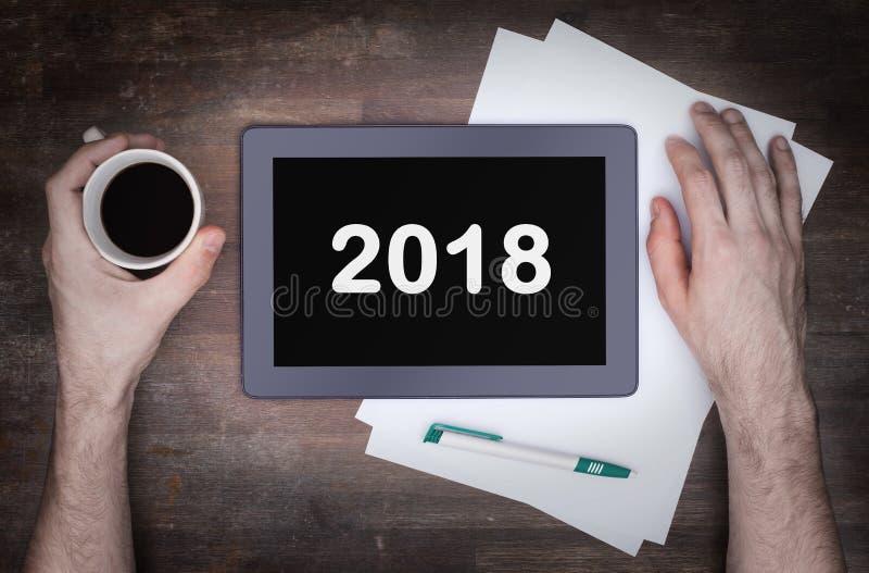 压片接触在木桌上的计算机小配件- 2018年 库存图片