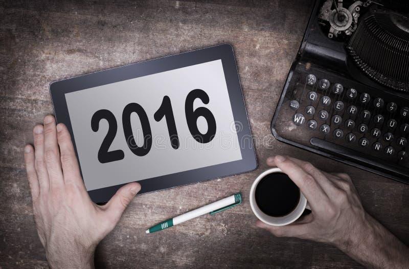 压片接触在木桌上的计算机小配件- 2016年 免版税库存照片
