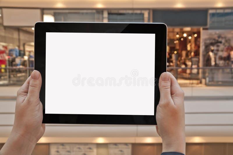 压片有空的屏幕的个人计算机在妇女手,购物中心上 免版税图库摄影