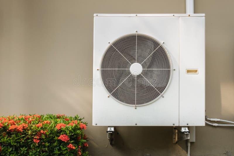 压缩机在墙壁上埋置的空调系统设施 图库摄影