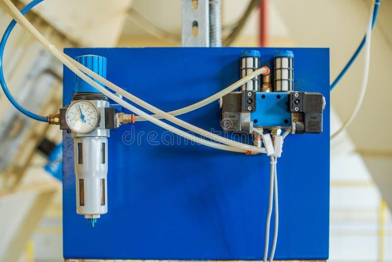 压缩空气线 它包括通过宝石座连接器被连接的管用压力调整器,压力表,过滤器 图库摄影