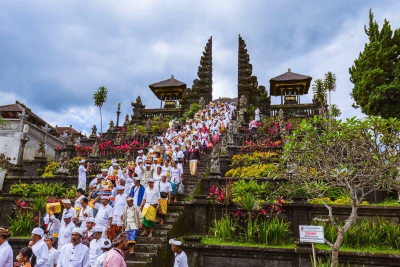 巴厘岛印度尼西亚- 4月26日:在Pura Besakih寺庙的祷告4月 图库摄影