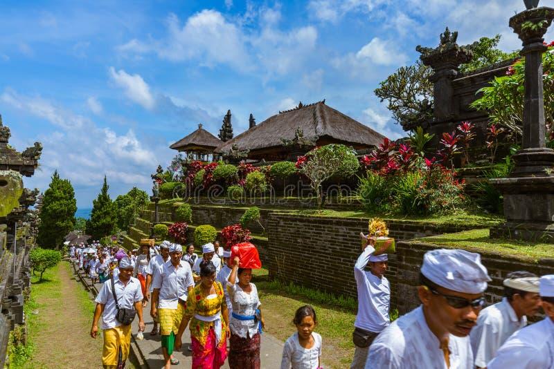 巴厘岛印度尼西亚- 4月26日:在Pura Besakih寺庙的祷告4月 免版税库存照片