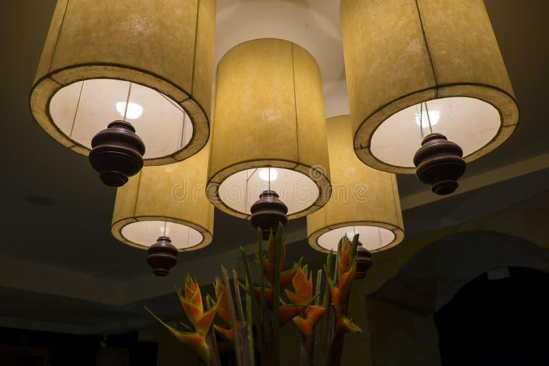 巴厘岛灯和花家庭装饰 免版税图库摄影