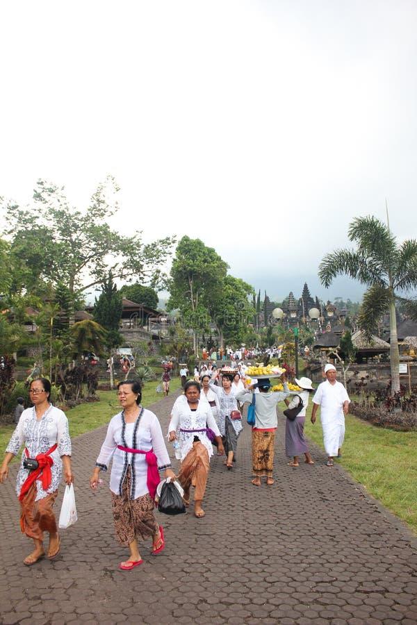 巴厘岛- 10月17 :未认出的村庄妇女加州 库存图片