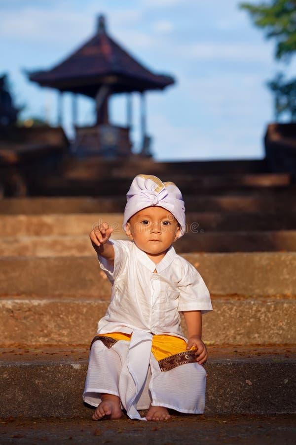 巴厘语孩子画象传统服装的-布裙 图库摄影