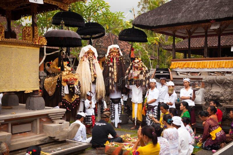 巴厘语寺庙的村民在Galungan节日期间 免版税库存照片