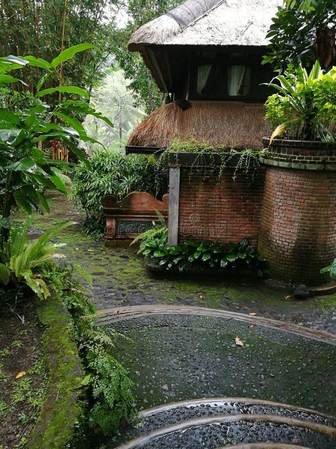 巴厘语样式房子和庭院 免版税库存图片