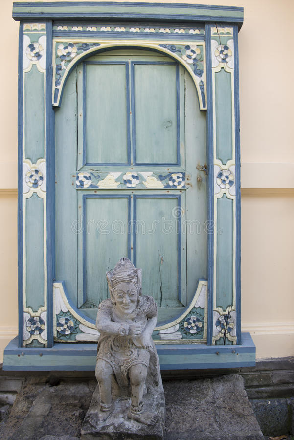 巴厘语门和雕象 图库摄影