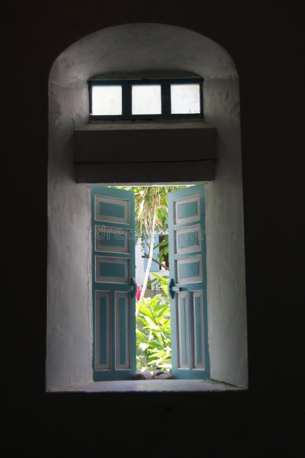 厚实的墙壁如显示在Mahatao教会侧面窗  库存照片
