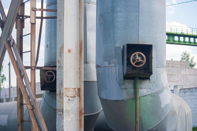 厚实的有阀门和梯子特写镜头的金属工业管子 免版税图库摄影