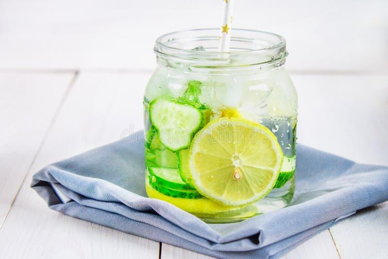 厚脸皮的饮食水 黄瓜,柠檬,在玻璃的薄荷的柠檬水在w 图库摄影