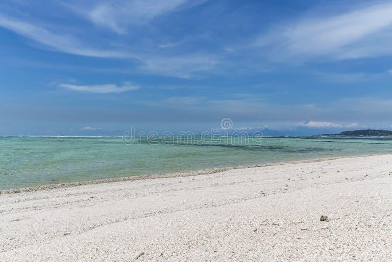原始水和一个白色沙滩在Gili空气 库存照片