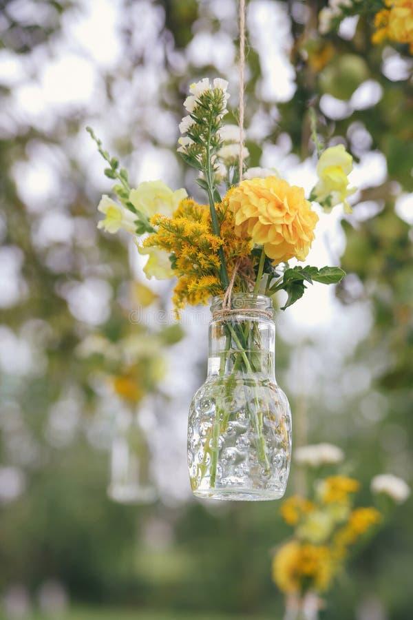 原始的以迷你花瓶的形式婚礼花卉装饰 图库摄影