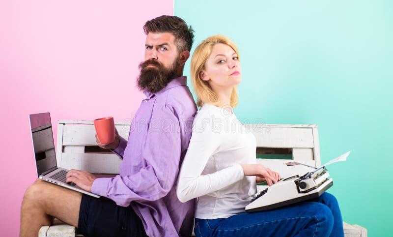 原始的地道属性作家 真实的作者地道设备 同事另外工作方法 夫妇作家 库存照片