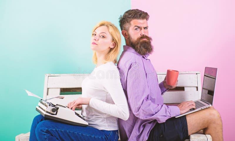 原始的地道属性作家 真实的作者地道设备 同事另外工作方法 夫妇作家 免版税库存图片