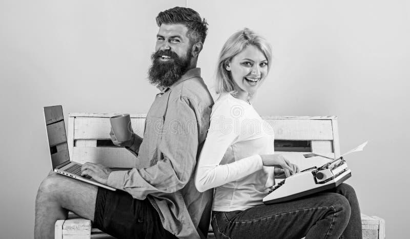 原始的地道属性作家 真实的作者地道设备 夫妇作家用途不同的小配件写书 免版税库存图片