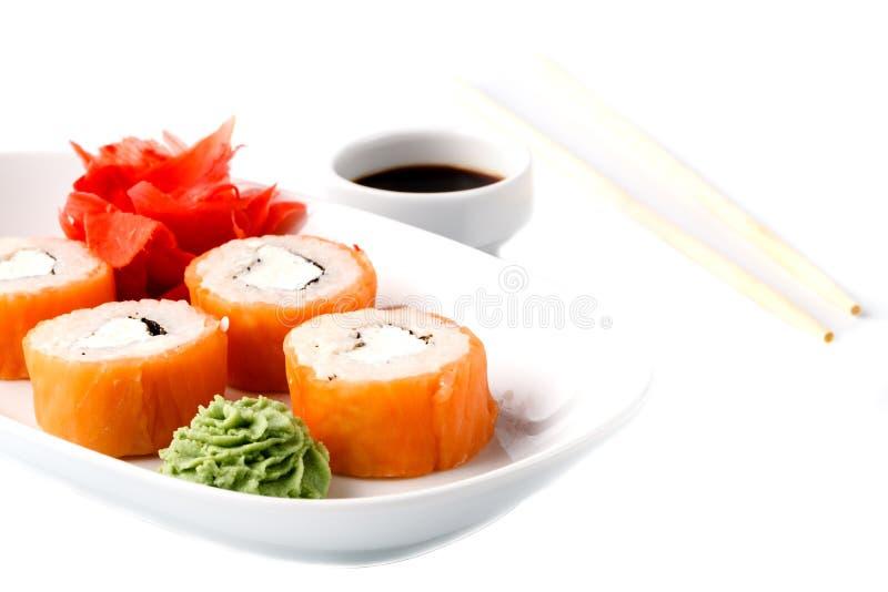 原始的日本盘滚动与海鲜、姜和山葵iso 库存照片