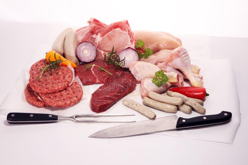 原始的肉 未加工的猪肉、鸡和牛肉不同用香料和草本 库存图片