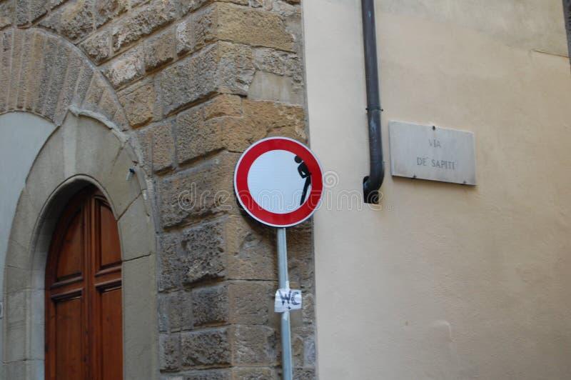 原始的路标佛罗伦萨,意大利 艺术家Clet亚伯拉罕的社会艺术 受到司机和游人的注意 库存照片