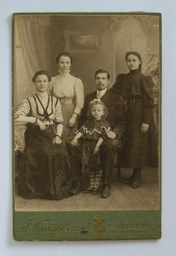 原始的20世纪仿古五口之家的照片 库存照片