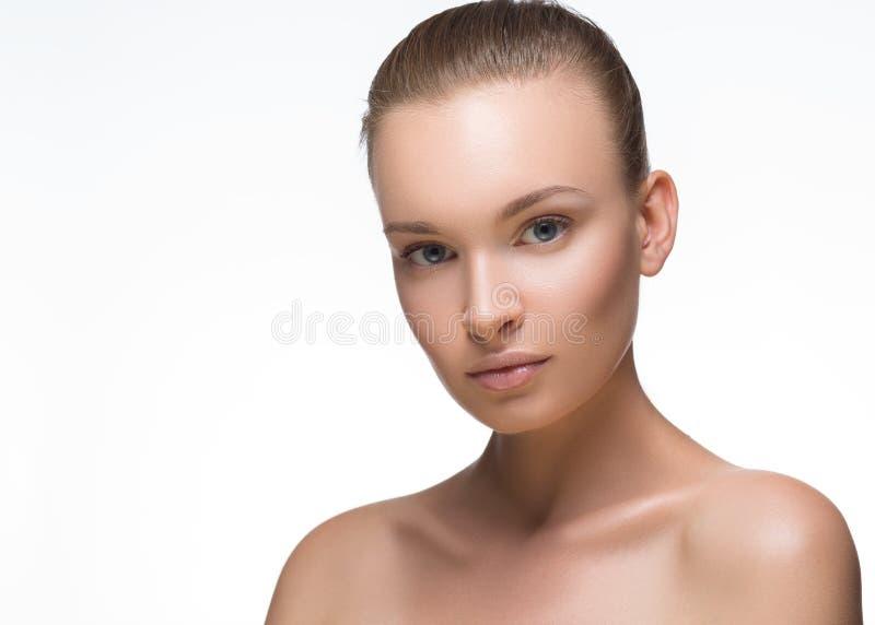 原始秀丽更好的转换女孩的质量 查看照相机的美丽的少妇纵向 背景查出的白色 新鲜的干净的皮肤 库存图片