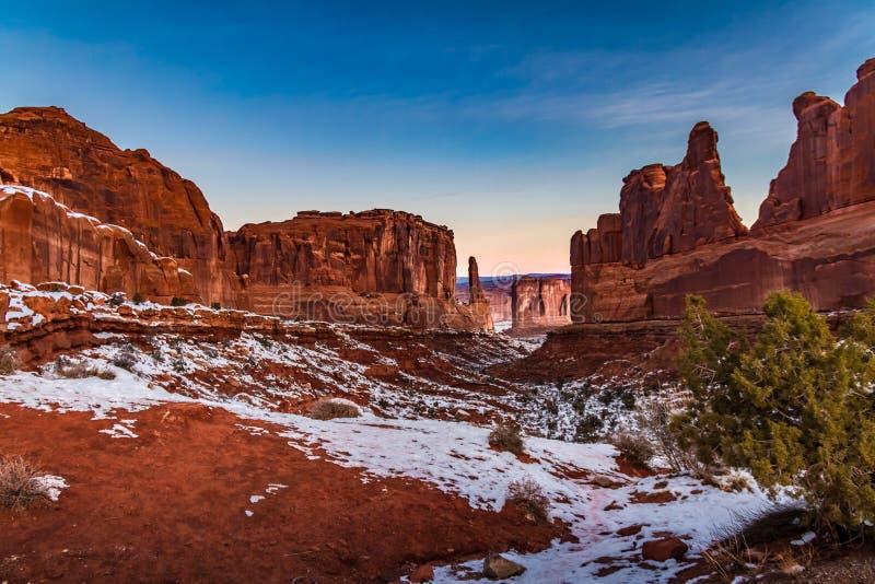 原始`公园大道`冬天多雪的视图在日出的拱门国家公园在默阿布犹他 免版税库存照片