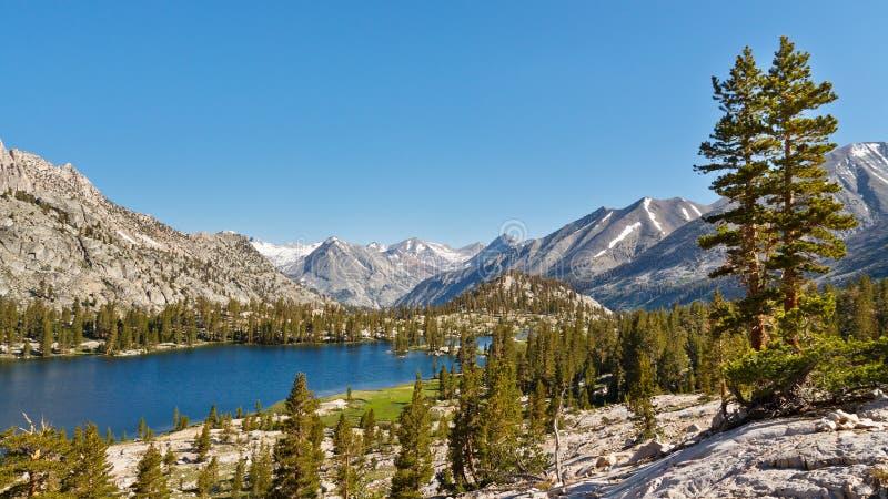 原始Mountain湖在内华达山 库存照片