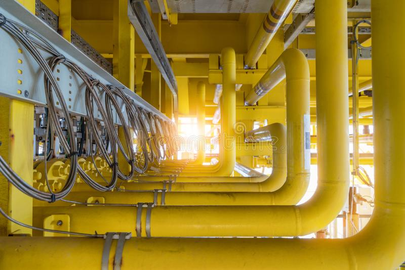 原料气体与温度传感器的流线管子附有在管子表面查出并且送了数据到发射机 库存照片