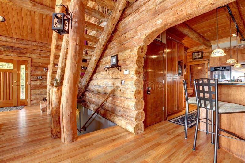 原木小屋厨房和楼梯内部。 图库摄影