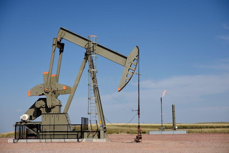 原油抽液钻孔站点泵浦起重器和天然气火光在Niobrara页岩 免版税库存照片