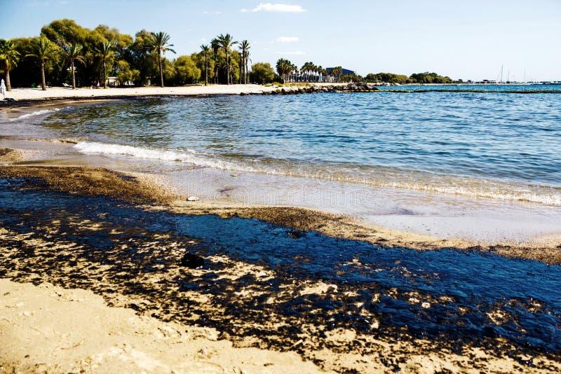 原油溢出纹理在沙子海滩从漏油事故,贴水Kosmas海湾,雅典,希腊, 2017年9月14日的 库存图片