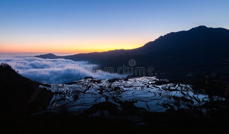 原阳在日出,云南,中国的米大阳台 免版税库存图片