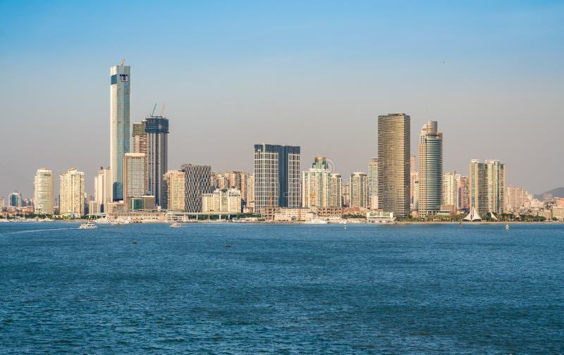 厦门的地平线从海接近的口岸的 免版税库存照片