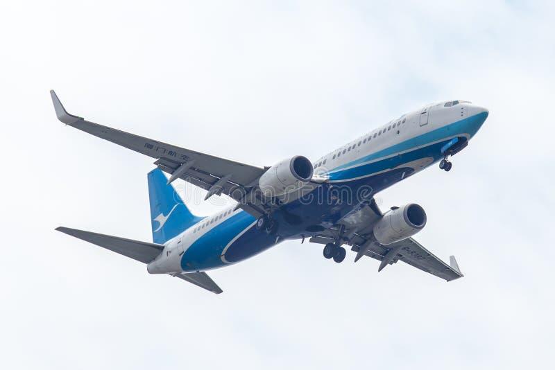 厦门航空或空中航线飞机或飞机在天空着陆对Suvanabhumi机场 免版税库存照片
