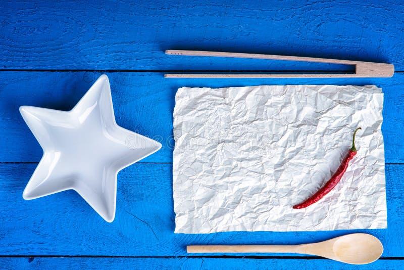 厨具和红辣椒在纸片 库存图片