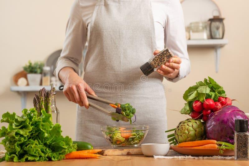 厨师以子弹密击新鲜和明亮的沙拉特写镜头,在轻的背景 健康丢失和健康食品,戒毒所的概念, 库存照片