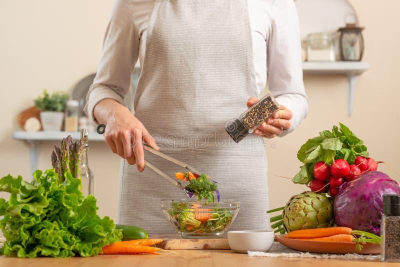 厨师以子弹密击新鲜和明亮的沙拉特写镜头,在轻的背景 健康丢失和健康食品,戒毒所的概念, 库存图片
