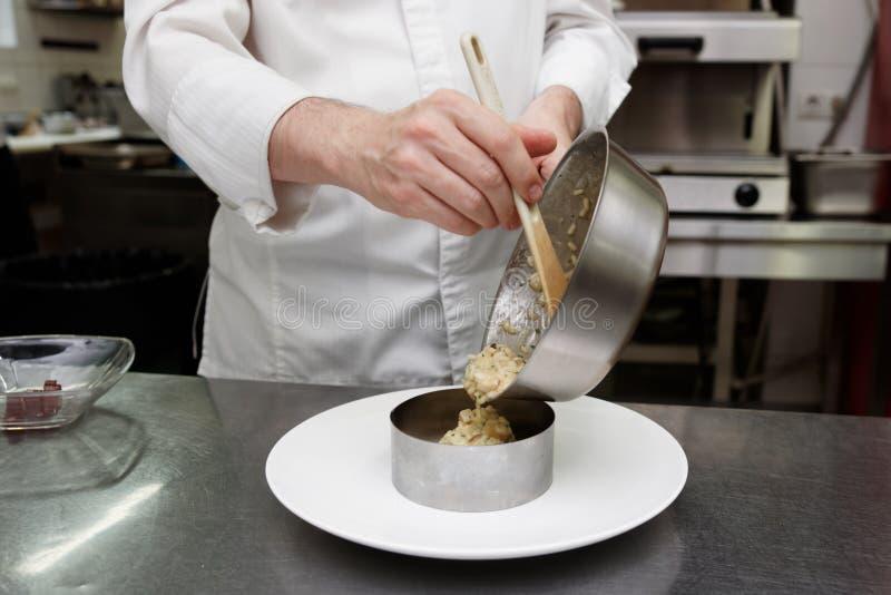 厨师供食意大利煨饭 库存照片