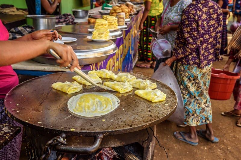厨师准备在缅甸的街道食物 库存照片