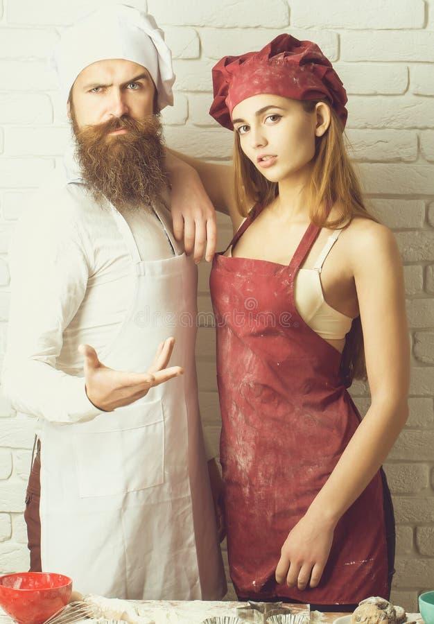 厨师和俏丽的女孩亲吻 免版税库存照片